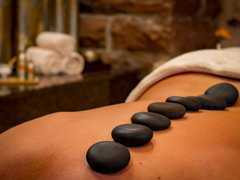 Hot-Stone-Rückenmassage